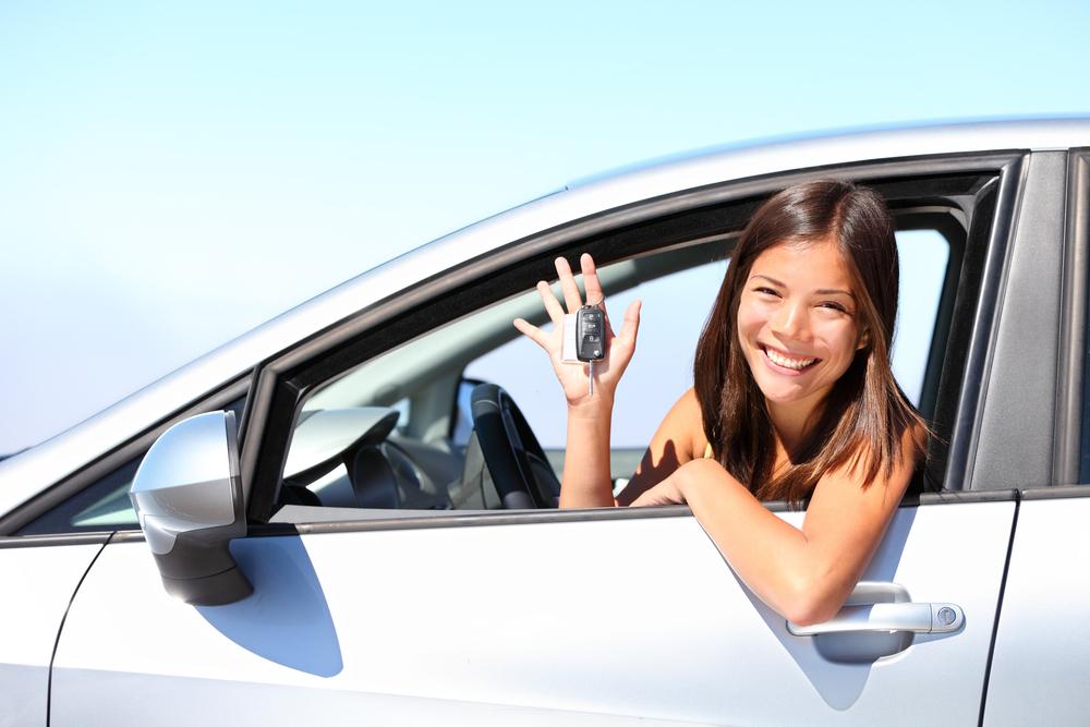 vrouw in auto na financiering met autolening